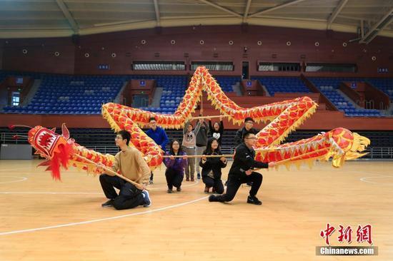 """舞龙队学员们正在用""""龙""""摆出五角星造型。"""