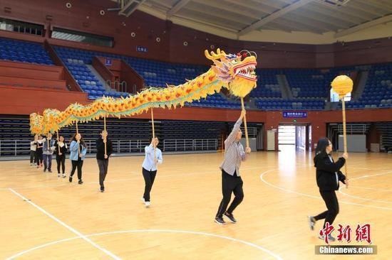 舞龙队学员们正在练习追逐龙珠。