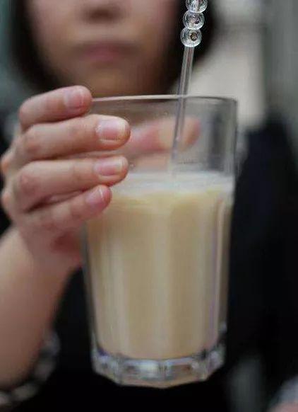 买不起麦乳精的家庭,就用鸡蛋冲奶粉取而代之