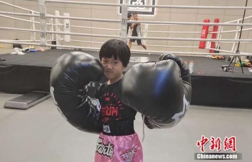 """中国版""""摔跤吧爸爸"""":8岁女孩梦想靠拳击走出深山"""