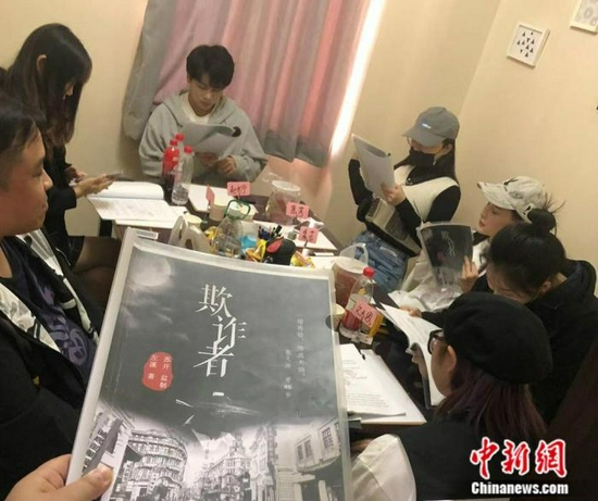武漢某劇本殺店內,一群年輕人正在玩劇本殺游戲。 受訪者供圖