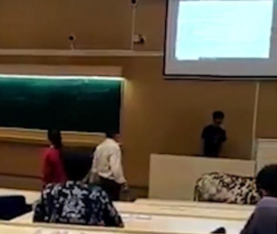 印度一头牛误入大学教室 漫步课堂惊扰学生