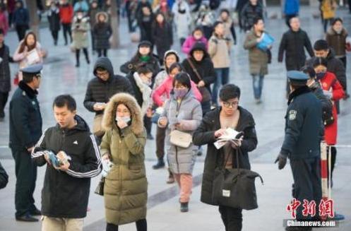 资料图:考生排队准备进入考场。 中新社记者 武俊杰 摄