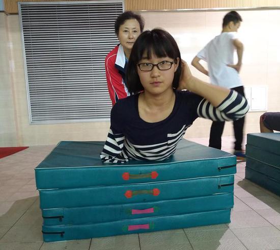 绍兴市建功中学蒋裕燕在游泳训练中