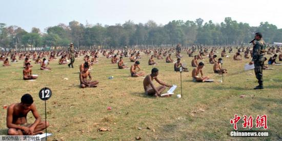 资料图:当地时间2016年2月28日,印度Muzaffarpur,印度军队招聘日举行考试,为防止作弊,候选考生被要求脱掉衣服只穿内衣参加笔试。