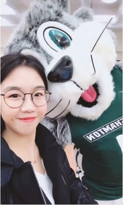 新学期伊始,美国纽约州立宾汉姆顿大学举办了一系列欢迎新生的活动。图为刘聪参加在学校礼堂举办的午餐会。她身旁是学校的吉祥物。