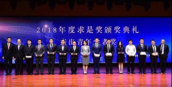图为高晓飞博士(左五)获求是奖现场   图片来源:西湖大学官网