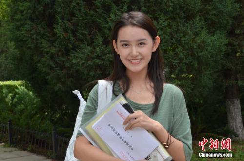 演员蒋依依当日现身中戏。中新网记者 翟璐 摄