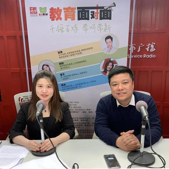 海外留学专家 王丽(左) 海外教育观察员 ?#24895;眨?#21491;