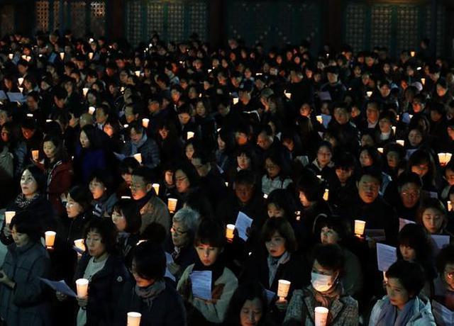 韩国高考55万人报考 家长连夜祈祷
