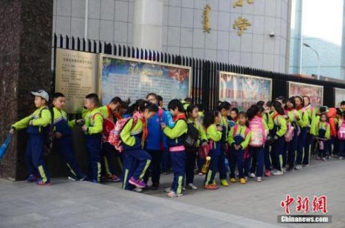 小学生排队等待进入校园