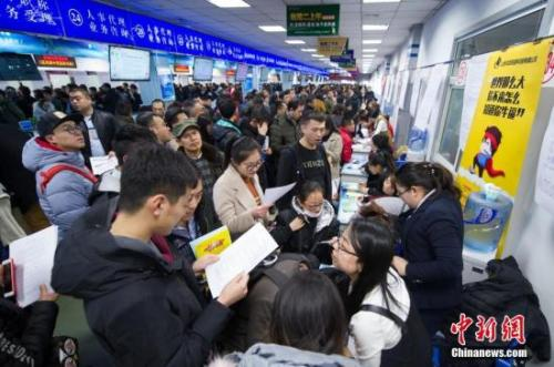 2018年2月,山西太原举办新春大型招聘会,吸引了近万名求职者前来应聘。 韦亮 摄