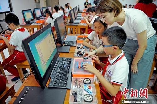 资料图:孩?#29992;?#22312;上计算机课。中新社记者 佟郁 摄