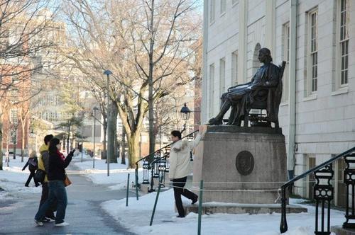 资料图片:哈佛大学创办人的铜像。(图片来源:美国《世界日报》/丁曙 摄)
