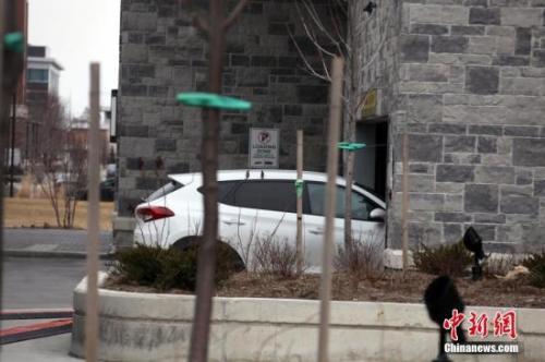 当地时间3月23日傍晚,在加拿大大多伦多地区华人聚居的万锦市(Markham),一名22岁中国男性留学生在所住公寓楼的地下车库遭绑架。图为记者24日拍摄的案发公寓地下车库出入口。中新社记者 余瑞冬 摄