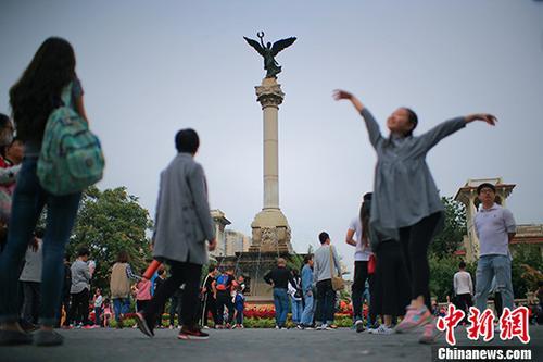 资料图:天津海河畔意式风情街 中新社记者 佟郁 摄