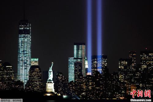 资料图:当地时间2013年9月10日,纽约曼哈顿,世贸遗址亮灯纪念9·11恐怖袭击12周年。