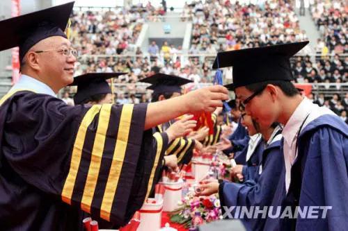 陈思和在给复旦毕业生拨穗 新华社记者刘颖摄