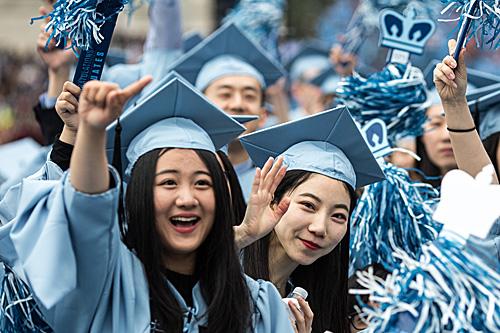 在美国纽约,几名中国留学生参加哥伦比亚大学毕业典礼。(新华社)
