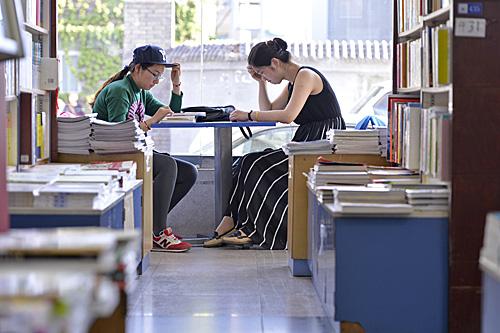 读者在北京某书店内阅读。(新华社)