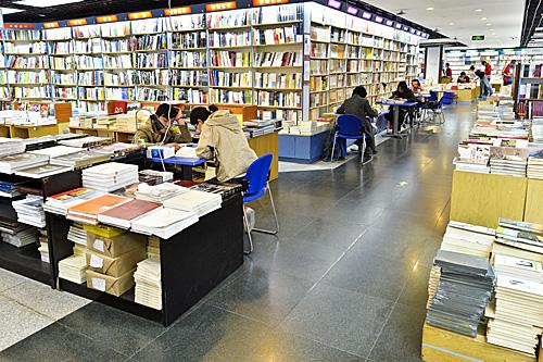 读者在书店阅读图书。(新华社)
