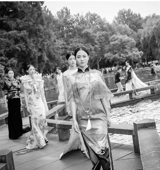 穿着旗袍的美女们亮相西湖。