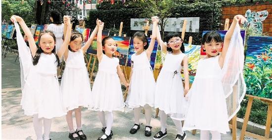 """杭州小学举办""""花裙子节"""" 学生们穿得要多花有多花"""