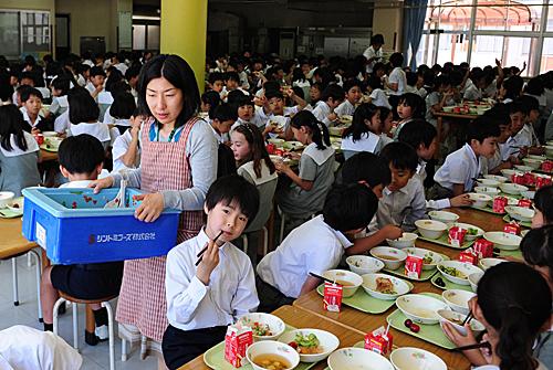 在日本首都东京学艺大学附属小金井小学食堂,学生在用餐。(新华社)