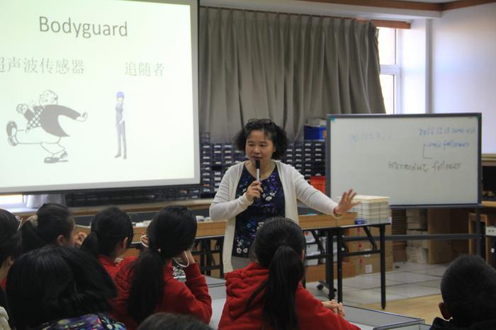 信息技术组于保红老师为学生讲授《追随者机器人》