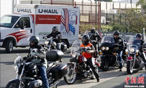 """资料图:美国13名摩托车骑手在加州南旧金山汇合,开始他们通往宾州尚克斯维尔的10天行程,纪念""""9·11""""事件中被恐怖分子劫持后坠毁的美联航93号航班40名遇难者。中新社发 陈钢 摄"""