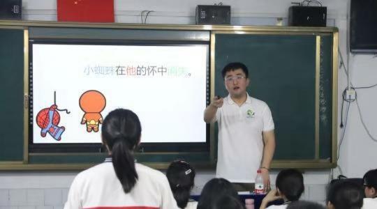 武鹏屹用学生喜欢的场景进行教学。 吕杨 摄