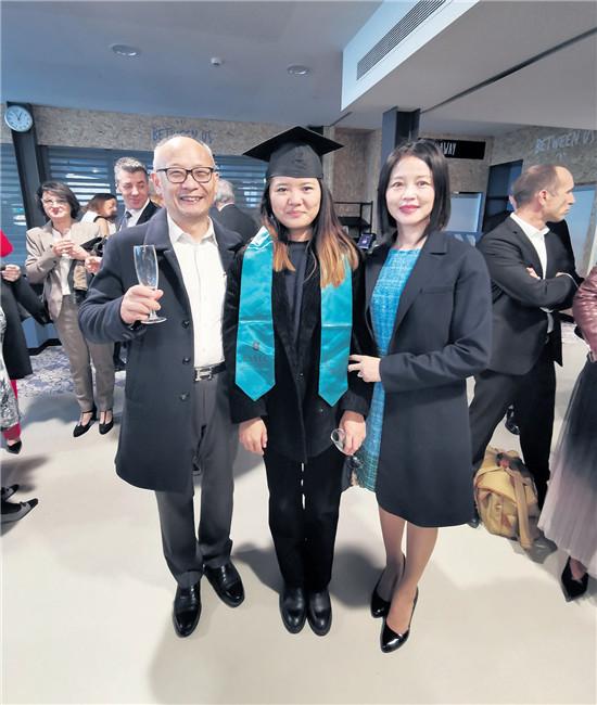 顾心晖、吴秦在女儿的毕业典礼上(图片来源:被访者提供)