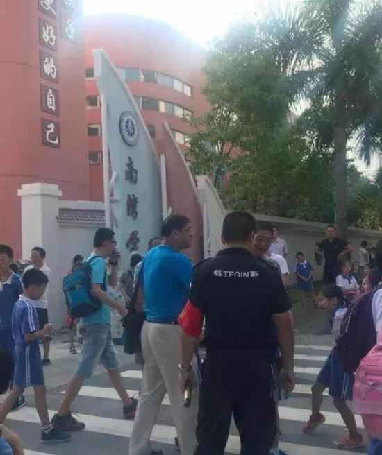 深圳一校长校门口制止家长替孩子背书包引热议