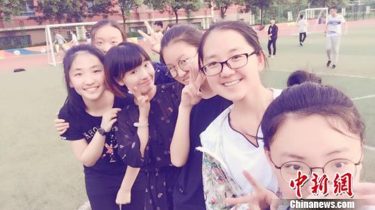 程倩(右四)总是能和学生们打成一片,她们不仅是师生,更是朋友。 杨大勇 摄