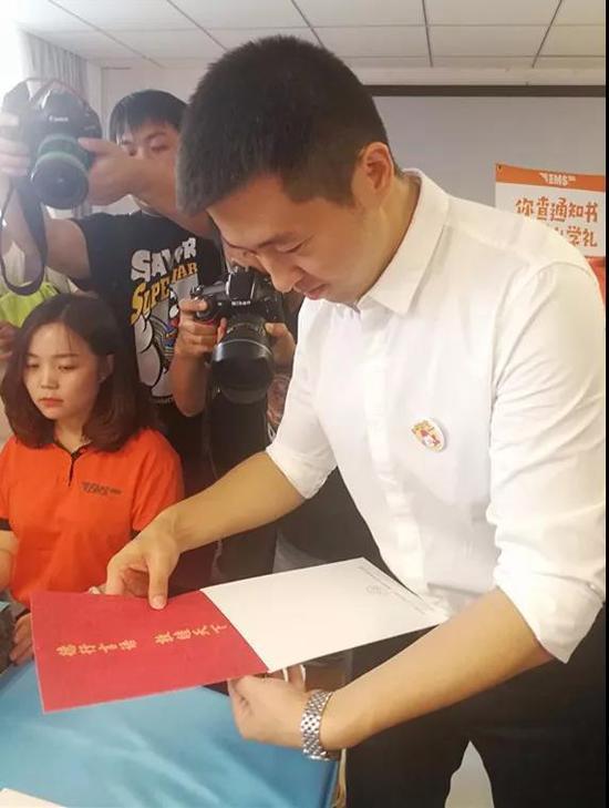 北语招办主任在封装录取通知书。