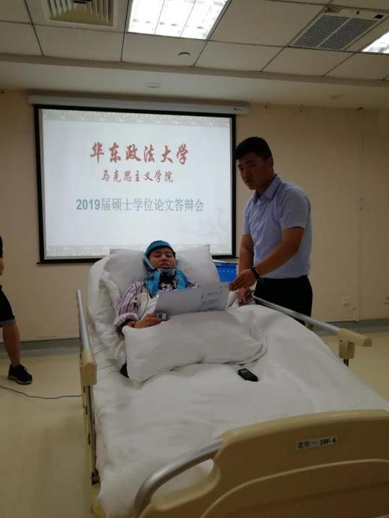"""女生临近毕业重伤瘫痪 学校为她组织""""病房答辩"""""""