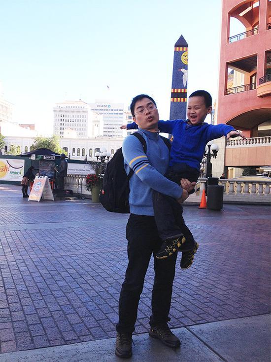 父亲抱着城城 本文图均为 受访者供图