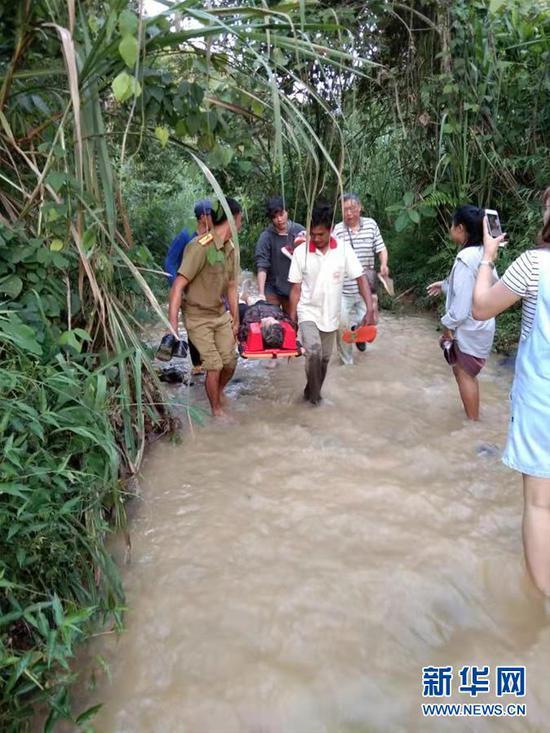 8月19日,在老挝北部城市琅勃拉邦附近,救援人员在事故现场附近工作。新华社发(杨秀敏 摄)