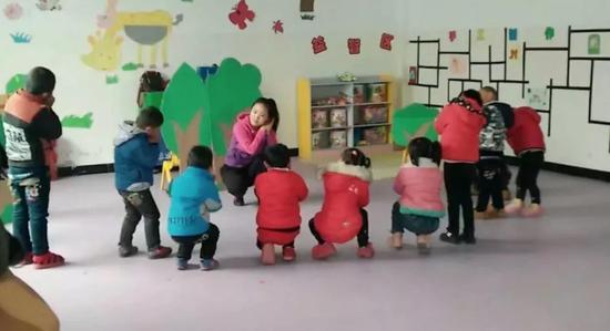 路倩带领孩子们做游戏