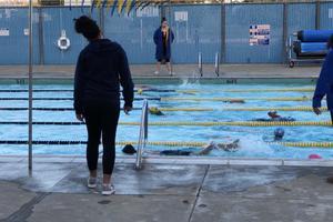 寒风中 国外老师用室外冬泳训练孩子的顽强