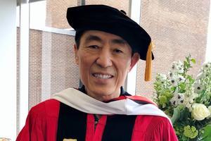 张艺谋获波士顿大学博士学位 持毕业证喜笑颜开