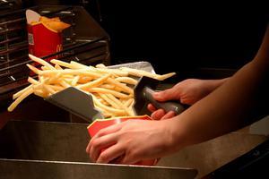 美国一名女子在麦当劳购买薯条时拔枪催单