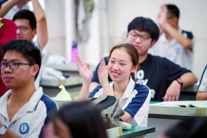 高考第一天。考前,广州市第一中学考场考生在备考室表情轻松。