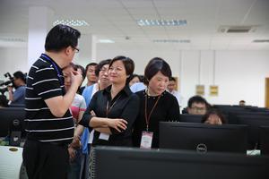上海考生家长代表参观高考语文评卷点