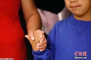 """""""骨肉分离""""被叫停后 美57名移民儿童与父母团聚"""