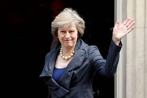英国首相为向王子行礼差点受伤 引英媒吐槽