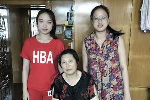 奶奶用退休工资把双胞胎姐妹送进大学