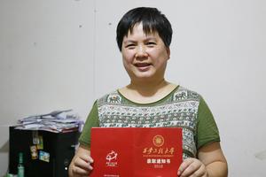 女子40岁圆大学梦 父亲曾三次销毁通知书