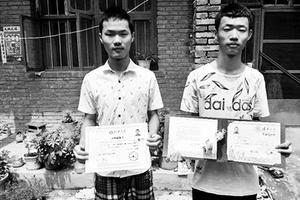 寒门双胞胎上学遇费用难题 弟弟曾提让哥哥先上