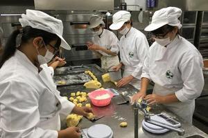 台湾一高中每年中秋送凤梨酥 13年送出逾30万颗